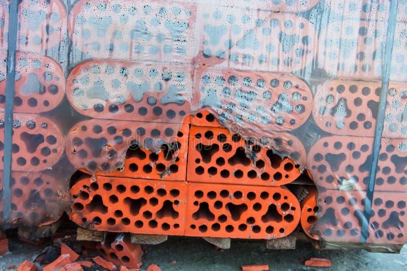 Pile de briques de silicate en polyéthylène déchiré misted closeup photo stock