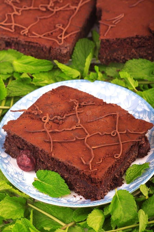 Pile de 'brownie', gâteau de cacao de chocolat de plan rapproché avec la cerise image libre de droits