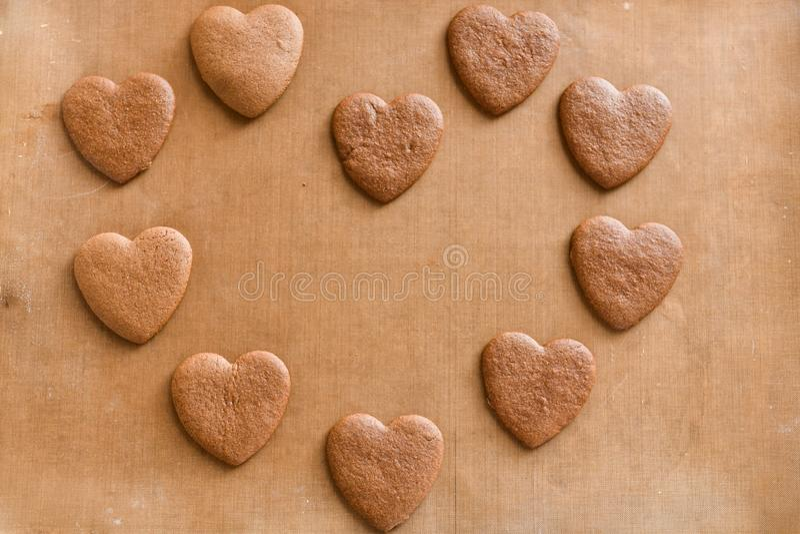 Pile de cadeau en forme de coeur fait main de biscuits pour le jour de valentines avec amour photo libre de droits