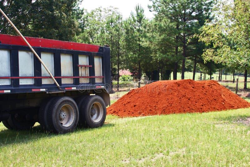 Pile de camion et de saleté à benne basculante image libre de droits