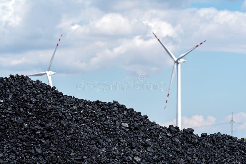 Pile de carbone et du moulin à vent images libres de droits