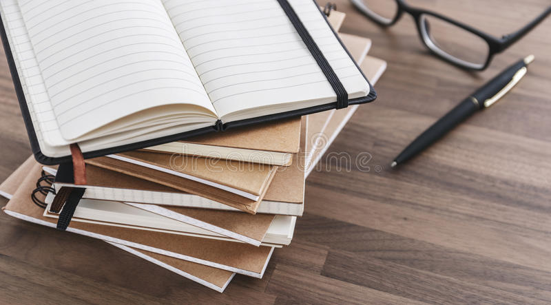 Pile de carnet sur la table en bois images libres de droits