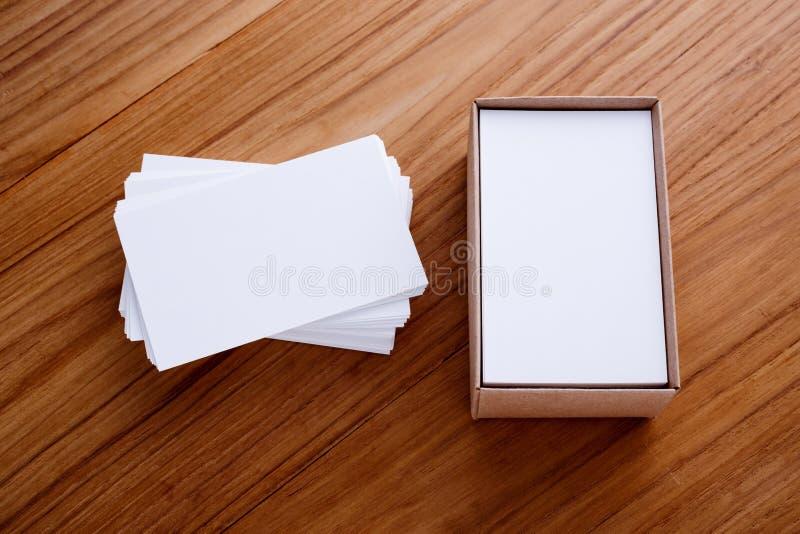 Pile de carte de visite professionnelle de visite avec la boîte photographie stock