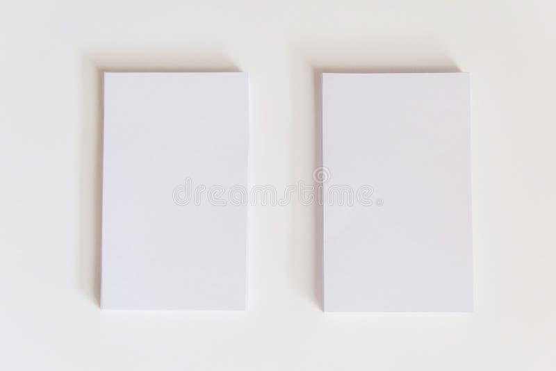 Pile de cartes de visite professionnelle blanches vierges de visite Cartes de visite professionnelle de visite de maquette sur le images stock