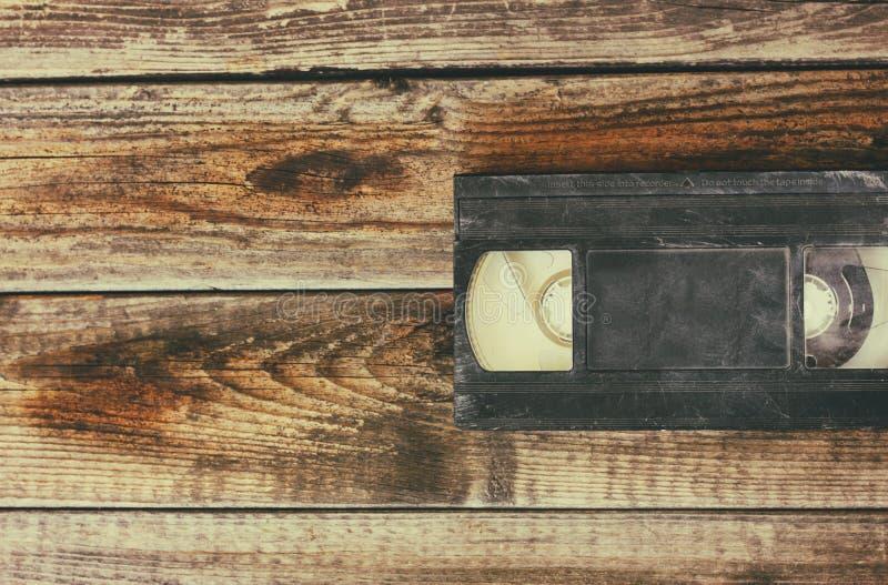 Pile de cassette de cassette vidéo de VHS au-dessus de fond en bois Photo de vue supérieure photographie stock