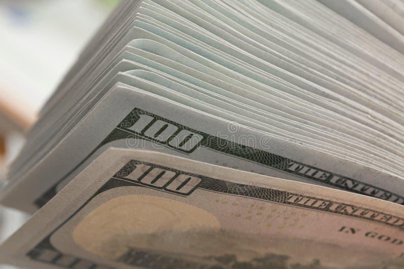 Pile de cent billets d'un dollar sur une table en bois photo libre de droits
