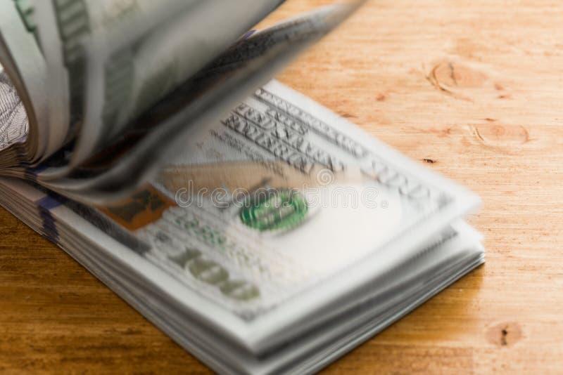 Pile de cent billets d'un dollar sur une table en bois images libres de droits