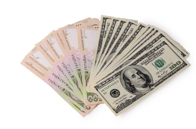 Pile de cent dollars et de factures ukrainiennes de hryvnia d'isolement sur un blanc photo stock
