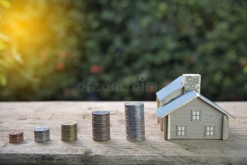 Pile de Chambre et de pièces de monnaie Le concept de l'achat de l'habitation, achètent une maison image stock