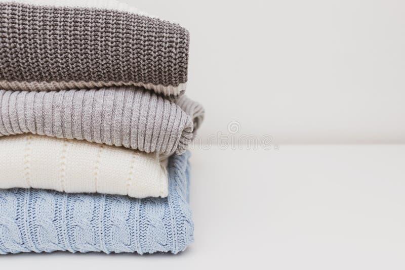 Pile de chandails tricotés simples confortables confortables dans des couleurs en pastel, concept intime confortable de vêtements image stock