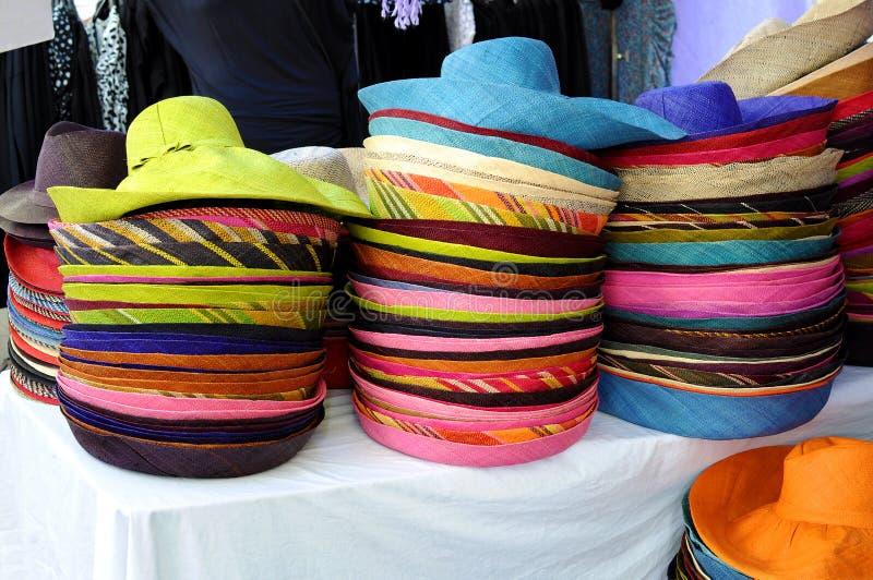 Pile de chapeaux de paille colorés dans la stalle du marché image libre de droits