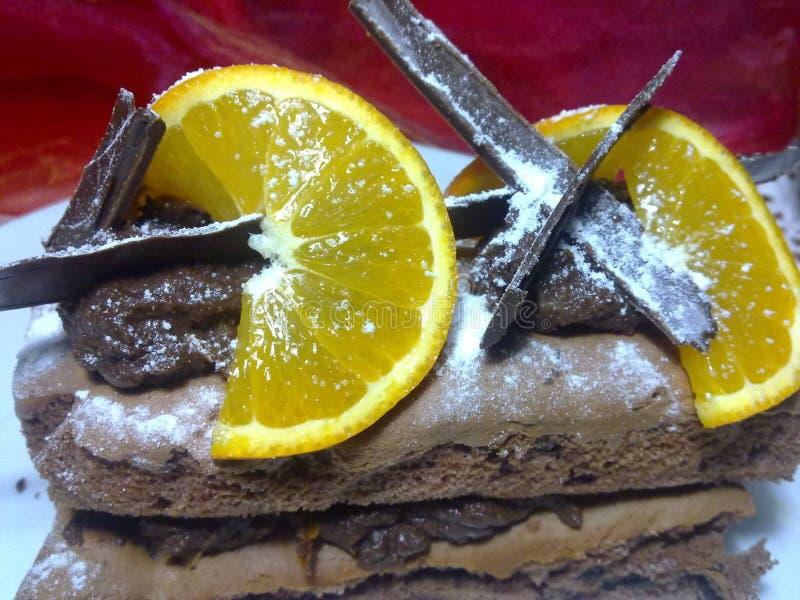 Pile de chocolat avec la mousse et les oranges de chocolat photographie stock libre de droits