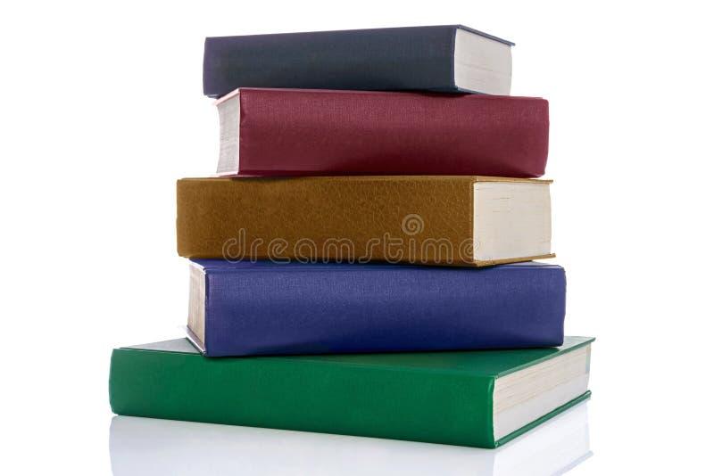 Pile de cinq livres de livre cartonné d'isolement sur le blanc photos libres de droits