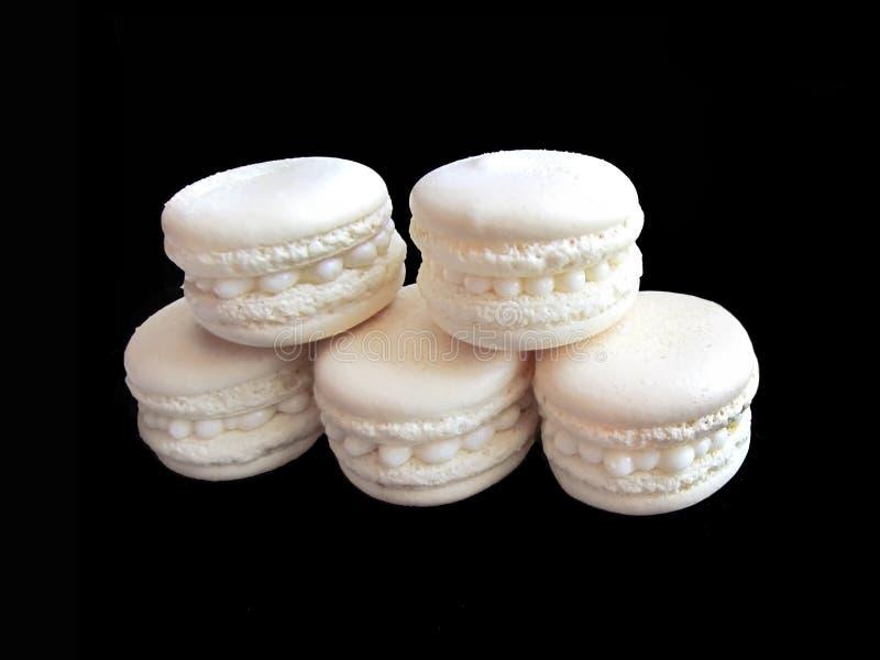 Pile de cinq macarons français blancs sur le fond noir images libres de droits
