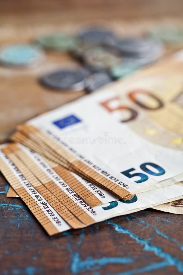 Pile de cinquante billets de banque et pièces de monnaie d'euro les notes de la devise 50€ ont empilé photo stock
