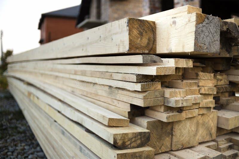 Pile de conseils en bois approximatifs inégaux bruns naturels sur construire le SI images stock