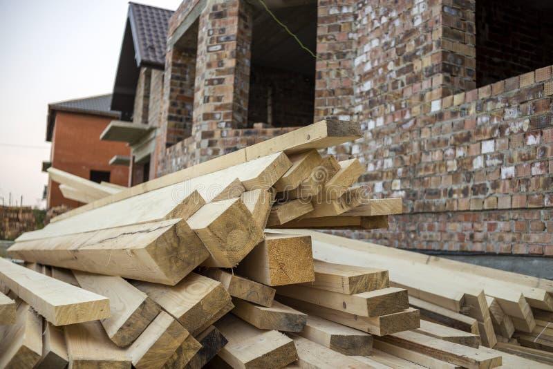 Pile de conseils en bois approximatifs inégaux bruns naturels sur construire le SI photos stock