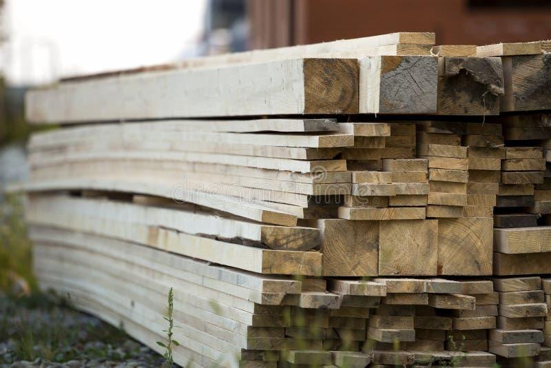 Pile de conseils en bois approximatifs inégaux bruns naturels sur construire le SI image libre de droits