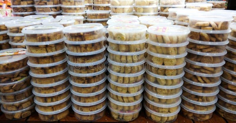 Pile de conteneurs de biscuits photographie stock libre de droits