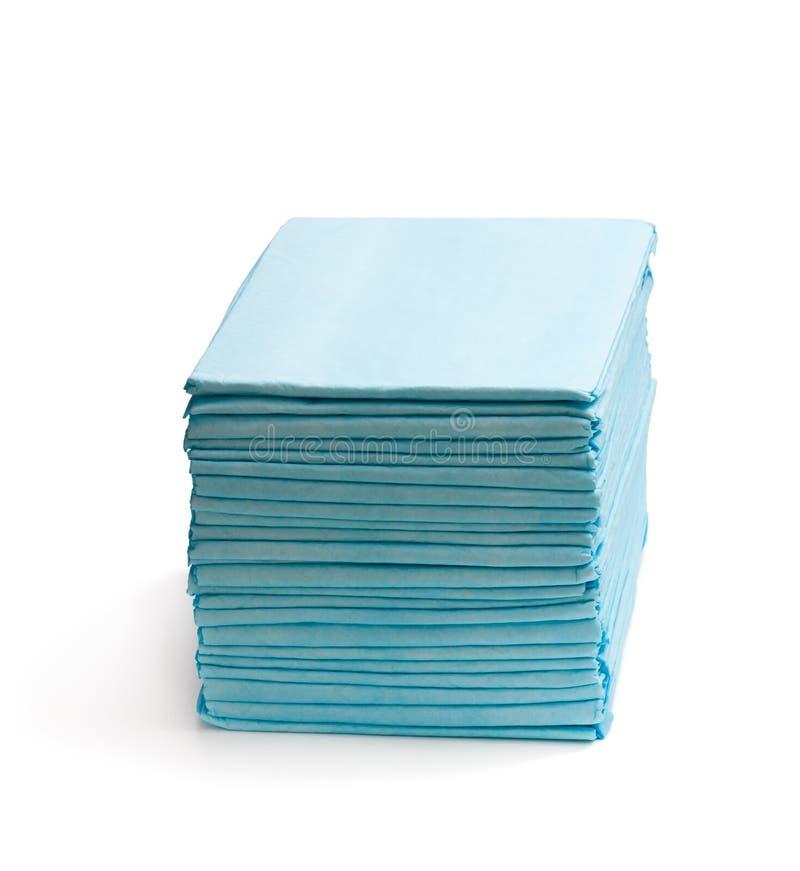Pile de coussins de lit jetables d'isolement sur le blanc photo stock