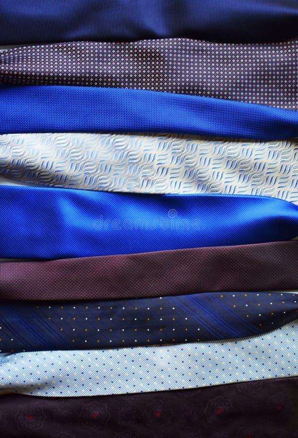 Pile de cravates colorées en tant que fond abstrait photographie stock libre de droits