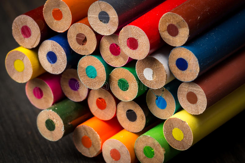 Pile de crayons de coloration images libres de droits