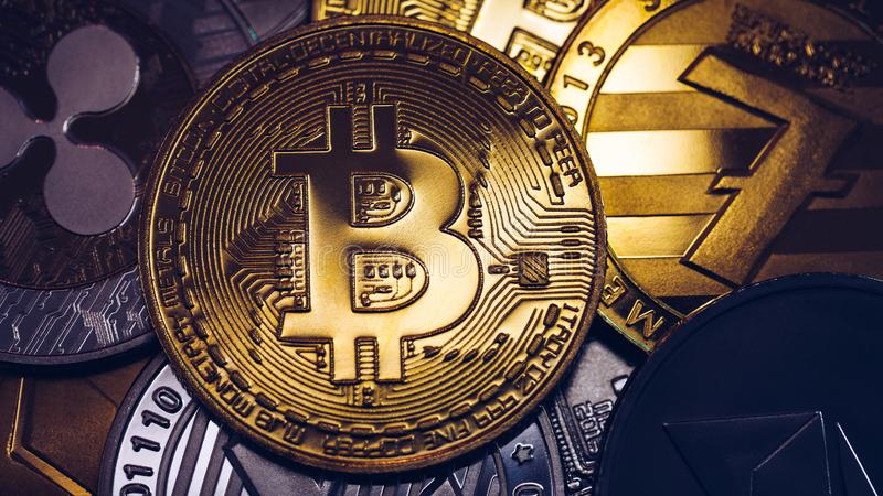 Pile de cryptodevises avec un bitcoin d'or Le bitcoin comme concept de cryptomonnaie le plus important Bitcoin Pièce de bit physi images stock