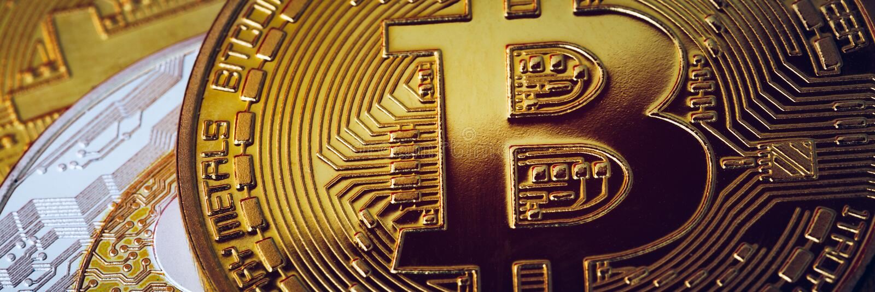 Pile de cryptodevises avec un bitcoin d'or Le bitcoin comme concept de cryptomonnaie le plus important Bitcoin Pièce de bit physi image stock