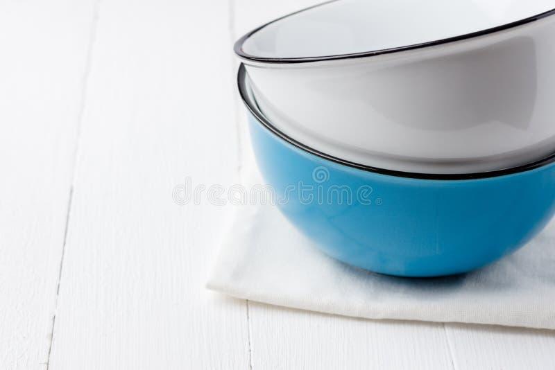 Pile de cuvettes en céramique bleues et blanches sur la serviette de coton sur la table en bois Cuisson du concept de cuisson de  images libres de droits