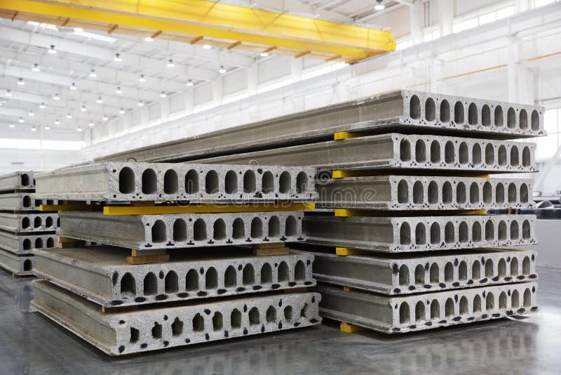 Pile de dalles en béton renforcé dans un atelier d'usine photos stock