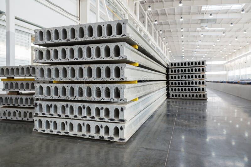 Pile de dalles en béton renforcé dans un atelier d'usine images libres de droits