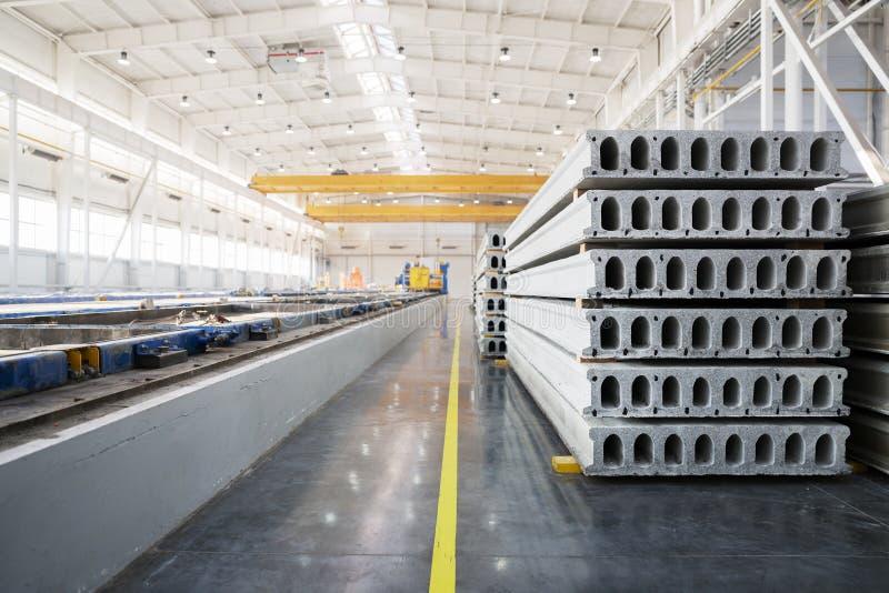 Download Pile De Dalles En Béton Renforcé Dans Un Atelier D'usine Photo stock - Image du brames, matériel: 56489430