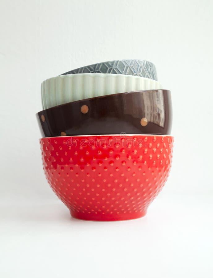 Pile de diverses cuvettes en céramique d'isolement sur le blanc photo stock