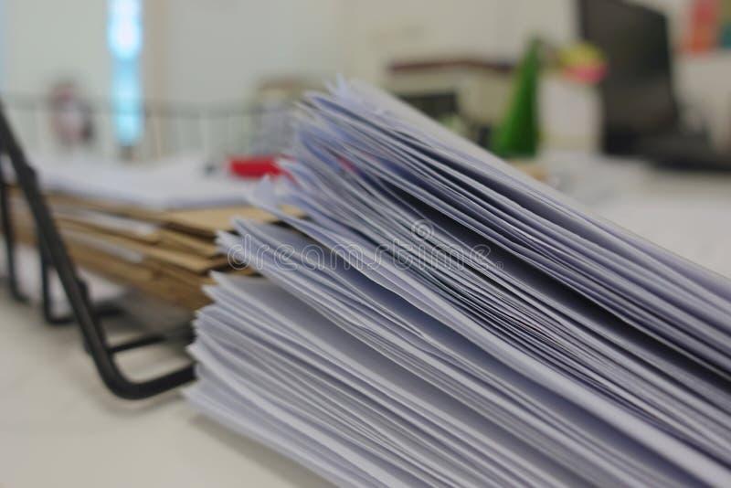 Pile de document sur le bureau photo libre de droits