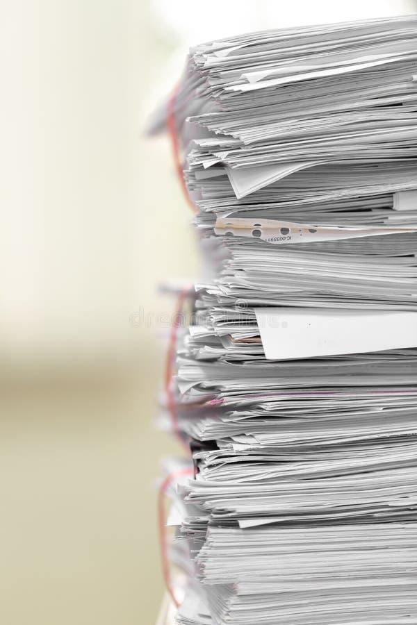 Pile de document sur le bureau, pile de papier d'affaires sur l'étiquette image stock