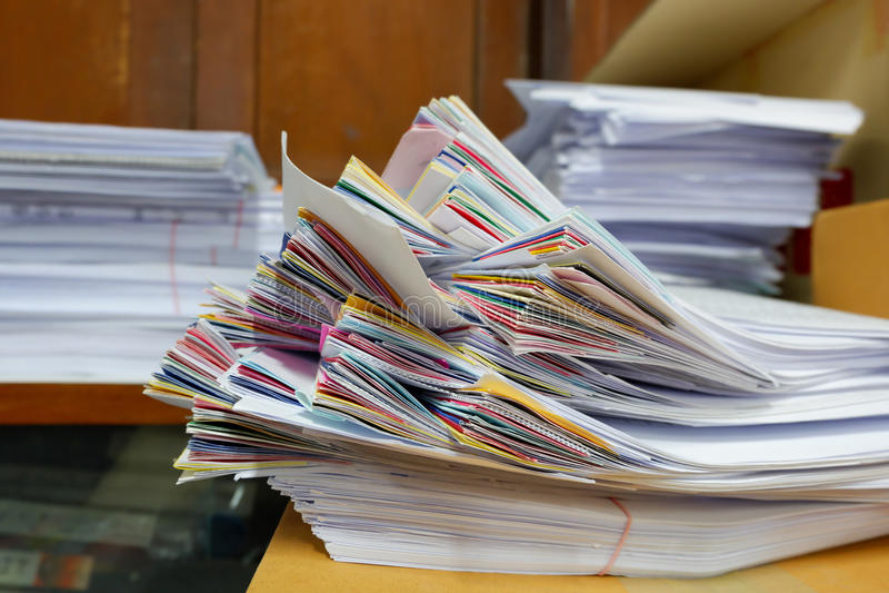 Pile de documents à la fenêtre photo stock