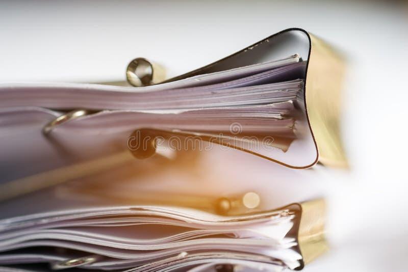 Pile de documents sur papier avec l'agrafe, pile des documents non finis sur des dossiers de bureau Papiers d'affaires pour des d photo libre de droits