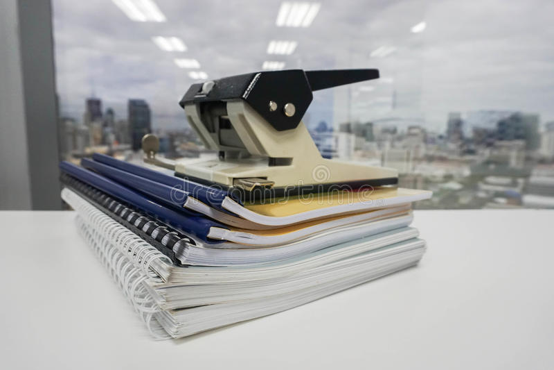 Pile de dossier et de dossier d'affaires avec le grand poinçon de bureau photographie stock