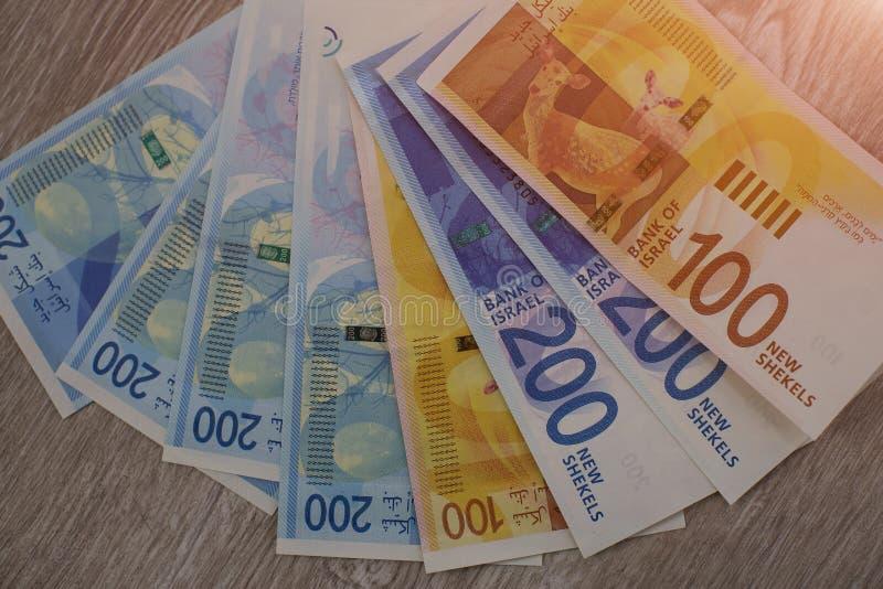 Pile de factures d'argent israéliennes 200 du shekel - vue supérieure images stock