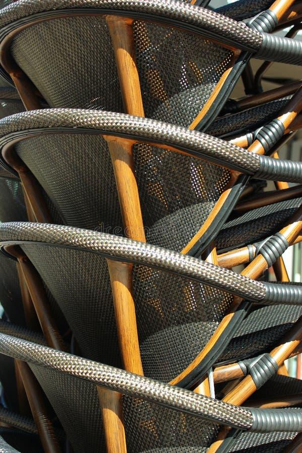 Pile de fauteuils en osier au café de rue images libres de droits