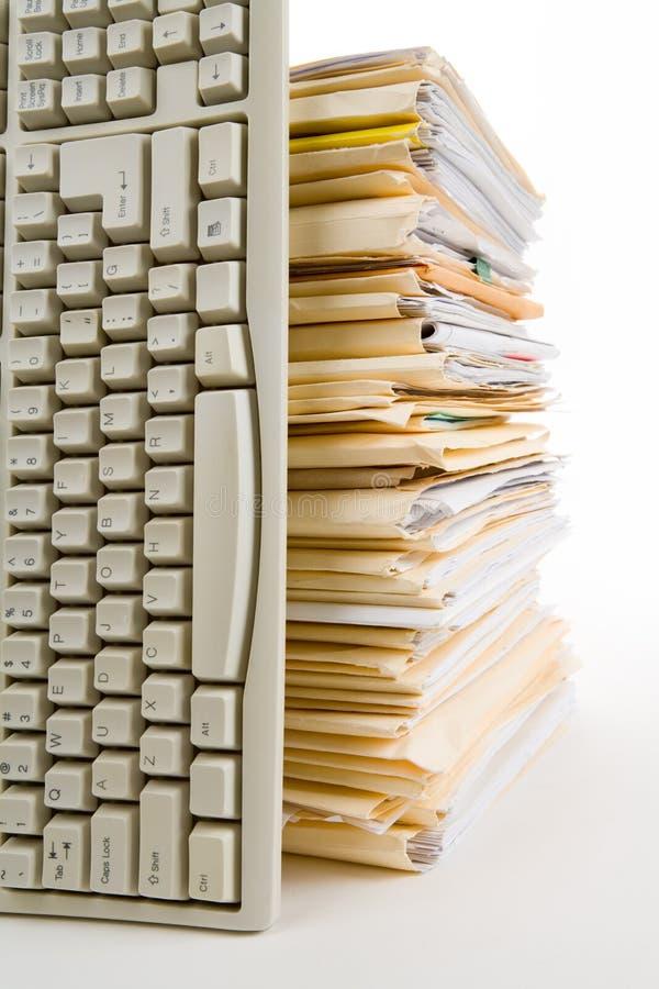 Pile de fichier et clavier d'ordinateur photographie stock