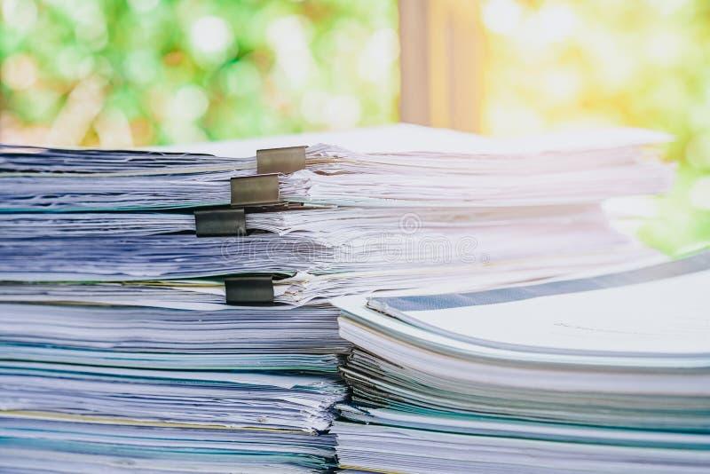 Pile de fichier papier de rapport de gestion sur le bureau blanc moderne photos libres de droits