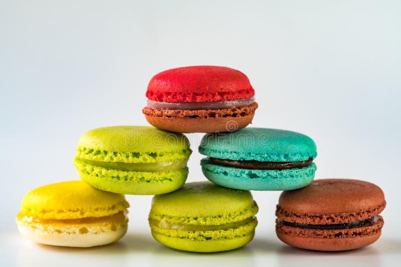 Pile de fond d'onwhite de macarons photographie stock