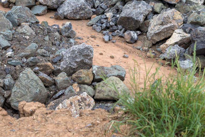 Pile de grandes pierres de granit près de l'herbe photographie stock libre de droits