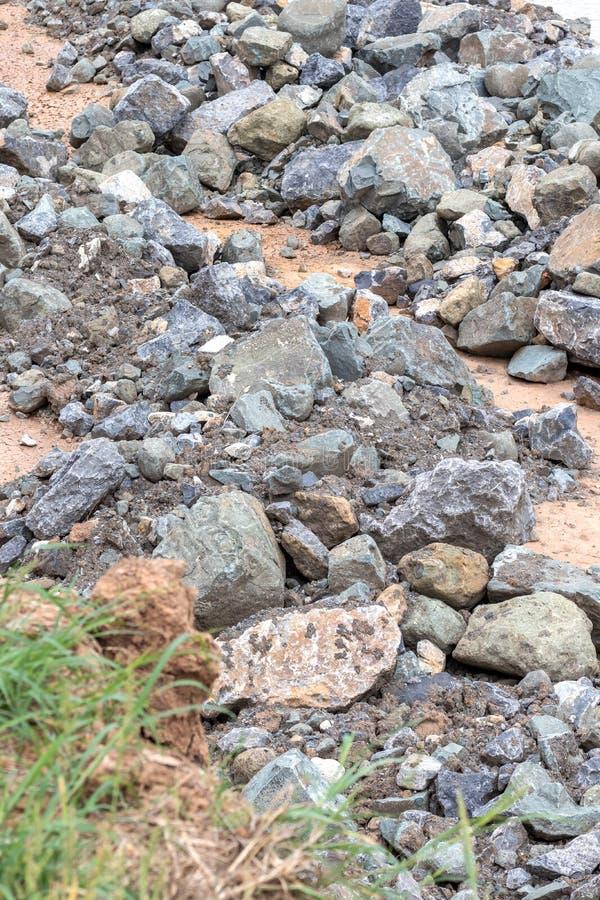 Pile de grandes pierres de granit près de l'herbe photos stock