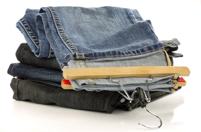 Pile de jeans et d'un avec le cintre photos libres de droits