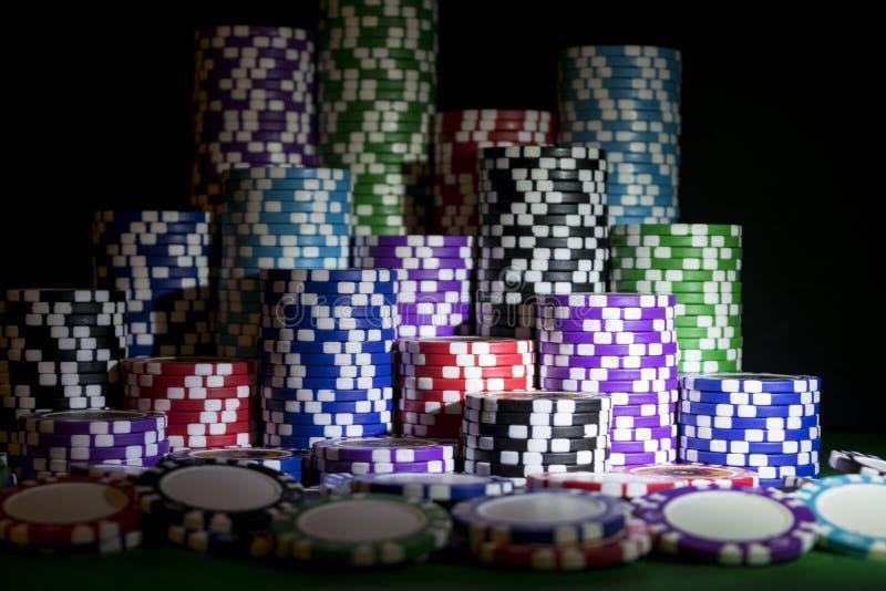 Pile de jetons de poker sur une table verte de tisonnier de jeu au casino Concept de jeu de poker Jouer un jeu avec des matrices  photo stock