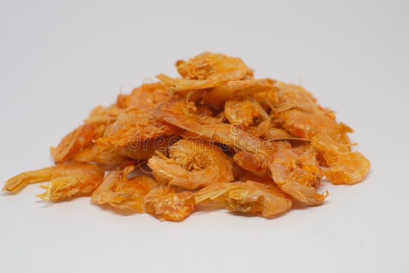 Pile de la crevette s?che d'isolement sur le fond blanc - image photographie stock