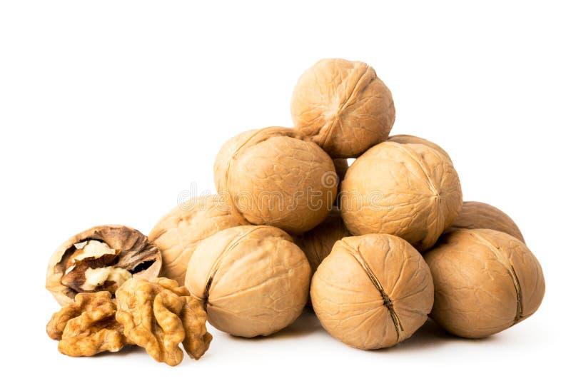 Pile de la noix dans une coquille et épluchée sur un blanc, d'isolement photos stock
