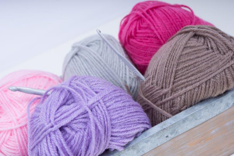 Pile de laine de tricotage image stock